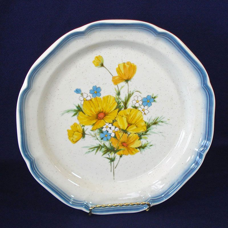 Eleven inch dinner plates in Mikasau0027s pretty Country Club Amy pattern number CA 503 produced from 1977 to 1985. They have a bouquet of pretty yellow ...  sc 1 st  Copperton Lane Antiques and Collectibles & Copperton Lane: Mikasa Amy Dinner Plates Mint China and Dinnerware ...